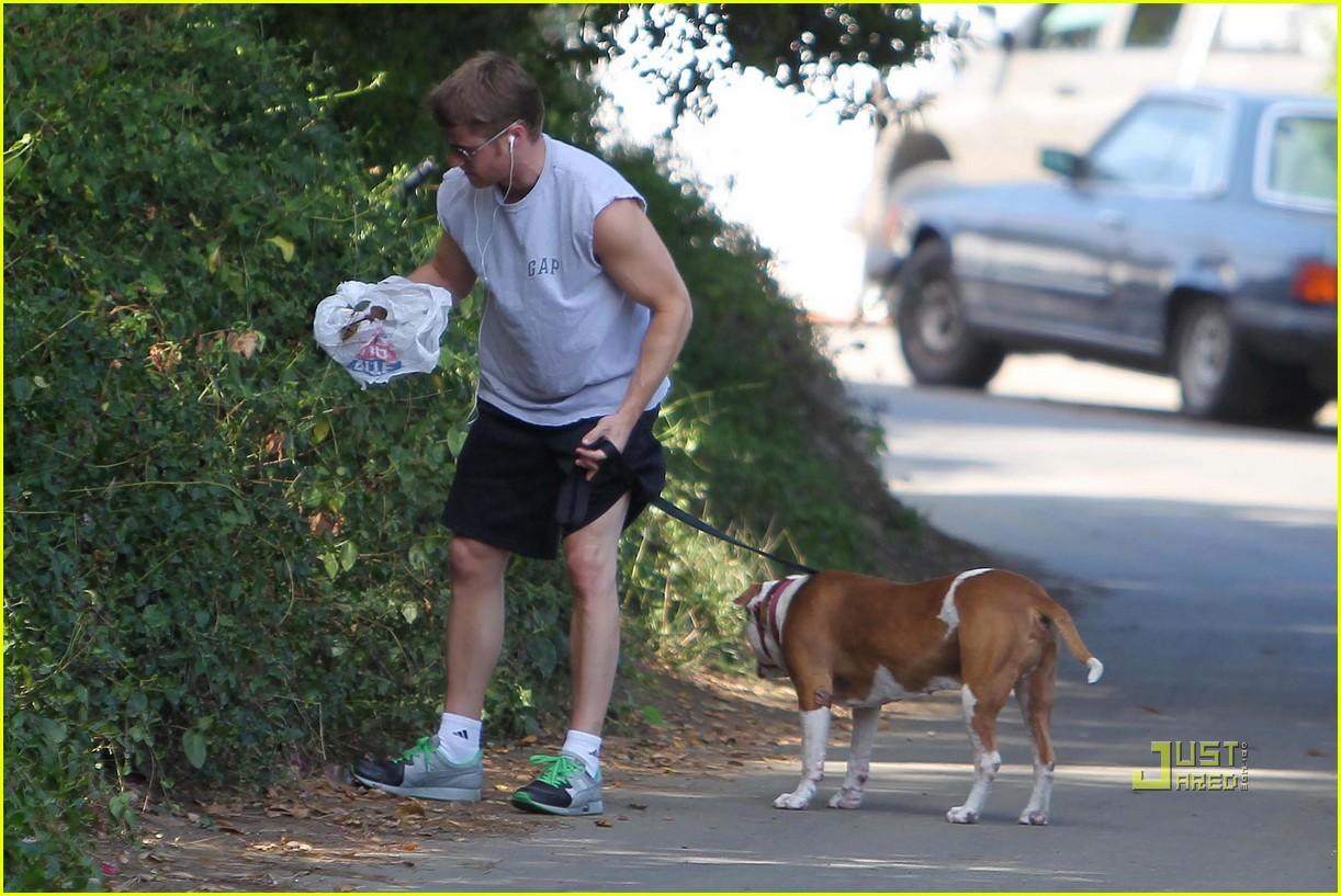 *EXCLUSIVE* Ben McKenzie takes Oscar for Morning Walk