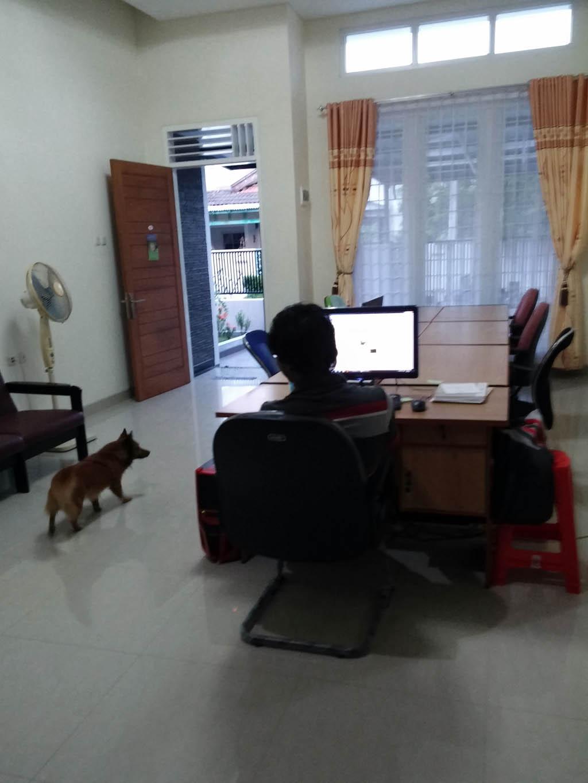 Ini adalah foto ketika saya membuka kantor pertama di lokasi pertama dan baru menyusun ruang
